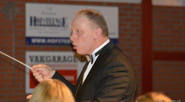 Dirigent Henk Kuik in actie